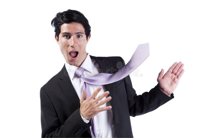 Geschäftsmann, der das copyspace mit seiner Krawatte zeigt lizenzfreies stockfoto