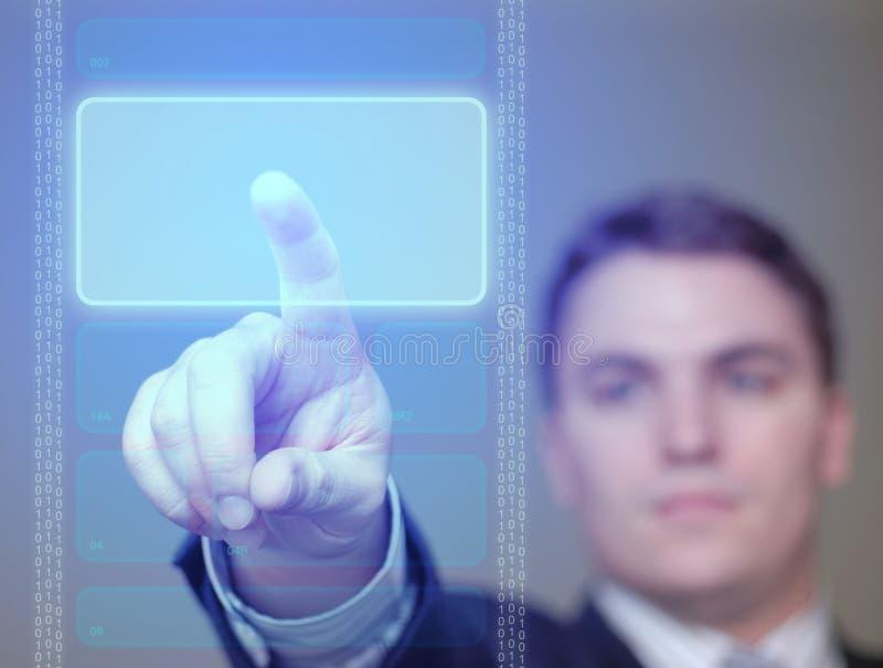 Geschäftsmann, der das Glühen, blaue Taste auf lichtdurchlässigem Bildschirm drückt. stockfotografie