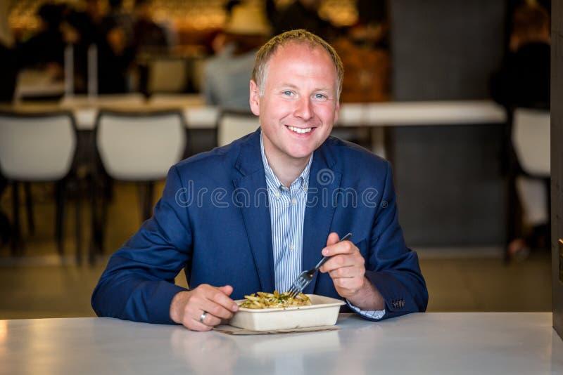 Geschäftsmann, der das Mittagessen isst lizenzfreies stockbild