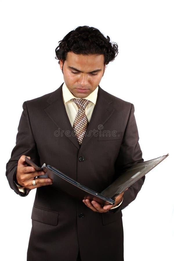 Geschäftsmann, der Datei überprüft stockfotografie