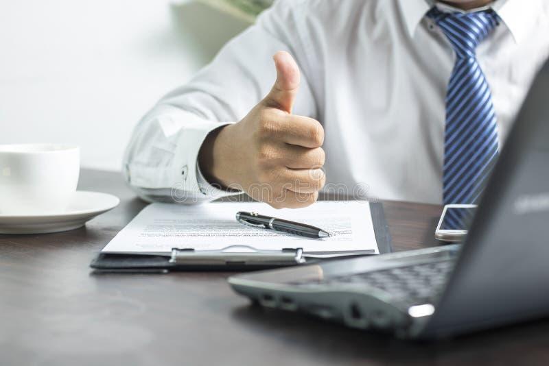 Geschäftsmann, der Daumen zeigt, um über erfolgreichen Betrug zu bestätigen und gutzuheißen lizenzfreie stockbilder