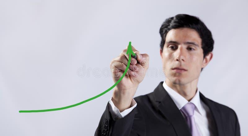 Geschäftsmann, der den Geschäftsfortschritt zeigt stockbild