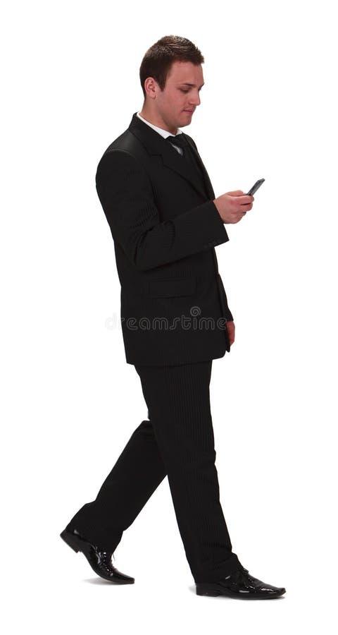Geschäftsmann, der den Handy überprüft stockfoto