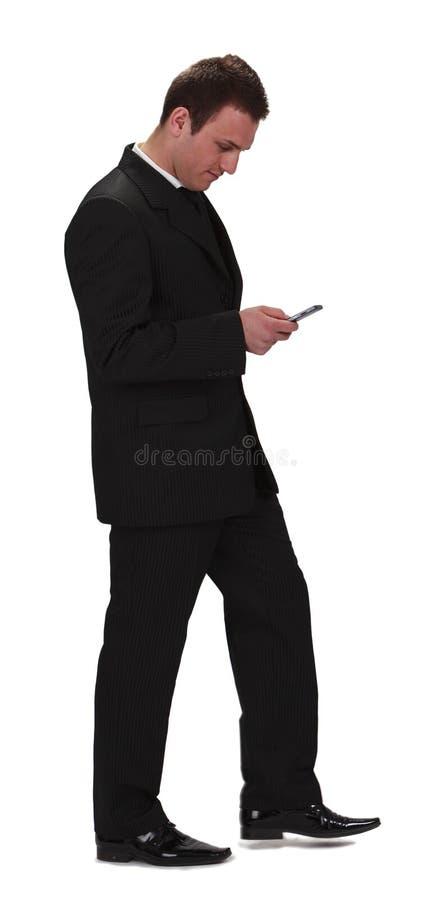Geschäftsmann, der den Handy überprüft lizenzfreie stockfotos