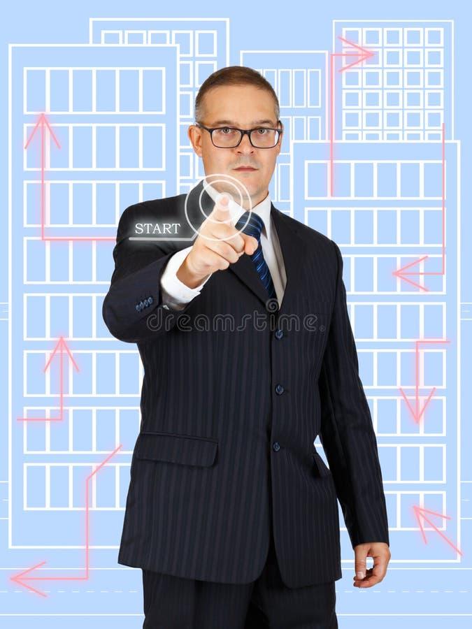 Geschäftsmann, der den virtuellen Knopf bedrängt stockfotos