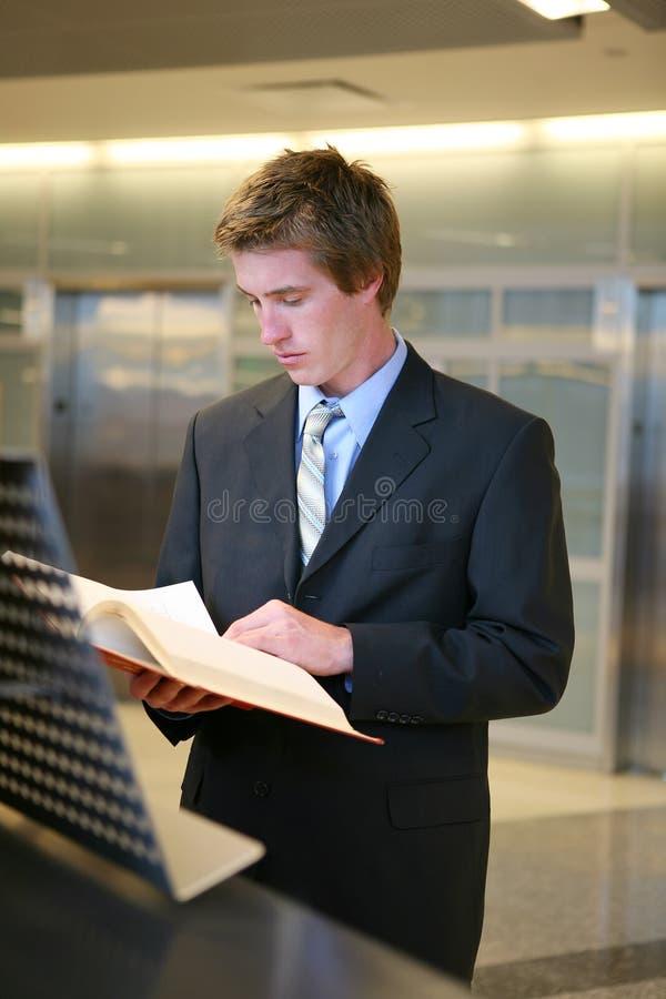 Geschäftsmann, der in der Bibliothek studiert stockbilder