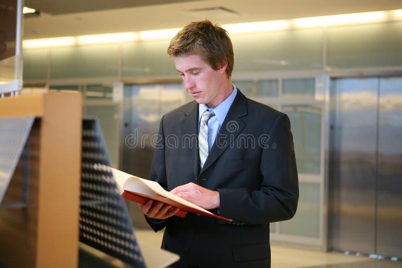 Geschäftsmann, der in der Bibliothek studiert lizenzfreie stockfotografie