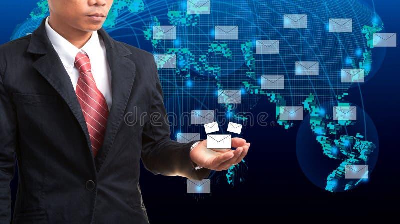 Geschäftsmann, der in der Hand Daten und Informationen verwahrt stockfotos