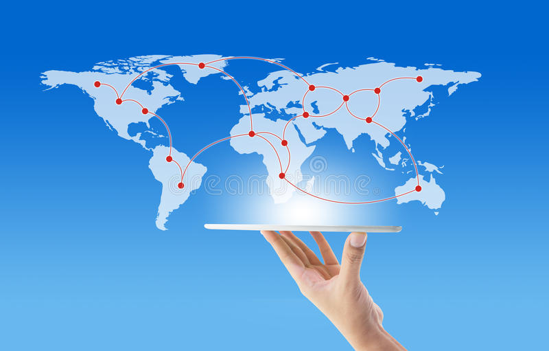 Geschäftsmann, der in der Hand Tablette mit Kommunikation des globalen Netzwerks hält stockfoto