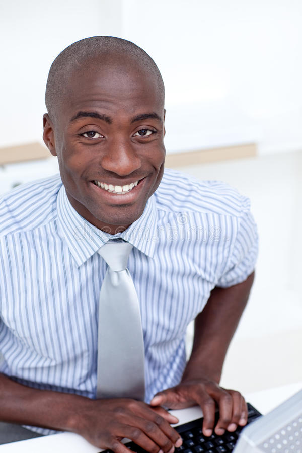Geschäftsmann, der an der Kamera lächelt lizenzfreie stockfotografie