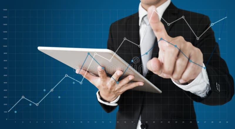 Geschäftsmann, der Diagramm auf Schirm anhebend sich berührt Geschäftswachstum, Investition und Finanzkonzept stockbilder