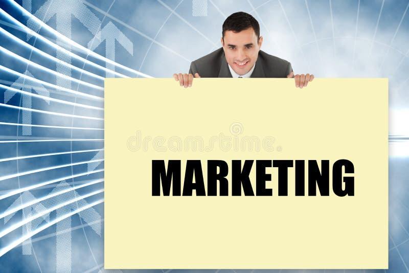Geschäftsmann, der die Karte sagt Marketing zeigt stockbilder