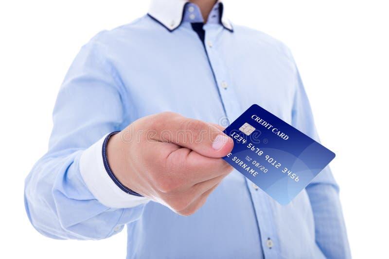 Geschäftsmann, der die Kreditkarte getrennt auf Weiß gibt stockbilder