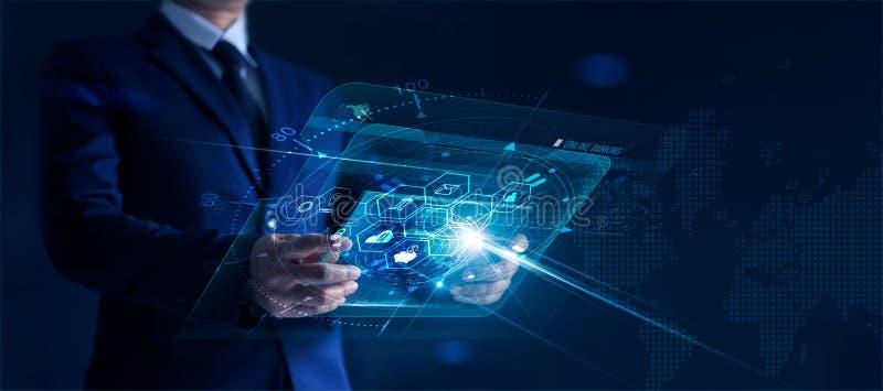 Geschäftsmann, der die moderne virtuelle Schnittstelle in der Hand ein Bankkonto hat mit IkonenNetwork Connection, dem Einkaufen  lizenzfreies stockfoto