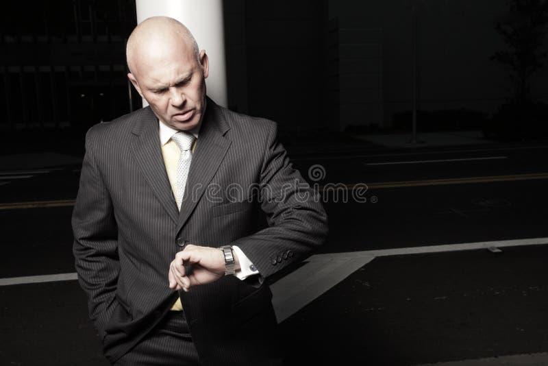 Geschäftsmann, der die Zeit überprüft lizenzfreies stockfoto