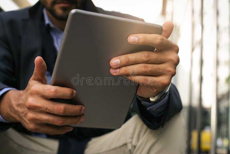 Geschäftsmann, der digitale Tablette anhält Fokus auf Händen lizenzfreie stockbilder