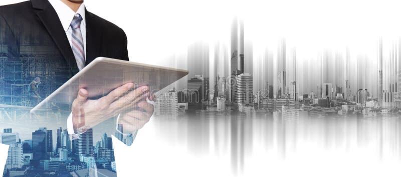Geschäftsmann, der an digitaler Tablette mit Doppelbelichtung Bangkok-Stadt, Konzepte der Immobilienwirtschaftlicher entwicklung  lizenzfreie stockbilder