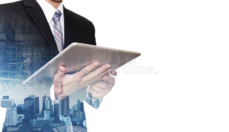 Geschäftsmann, der an digitaler Tablette mit Doppelbelichtung Bangkok-Stadt, Konzepte der wirtschaftlicher Entwicklung, lokalisie lizenzfreie stockfotos