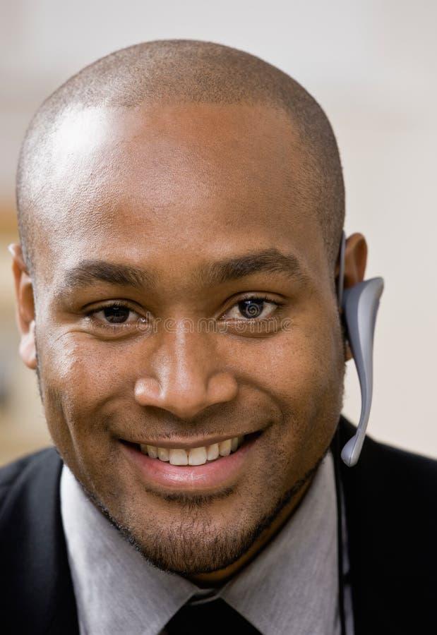 Geschäftsmann, der drahtlosen Kopfhörer trägt stockbilder