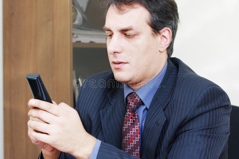 Geschäftsmann, der drahtloses Telefon anhält stockbilder
