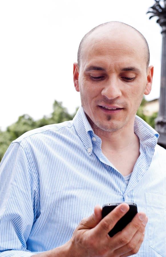 Geschäftsmann, der draußen auf Mobiltelefon spricht stockbilder