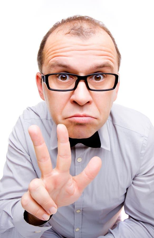 Geschäftsmann, der drei Finger zeigt lizenzfreies stockfoto