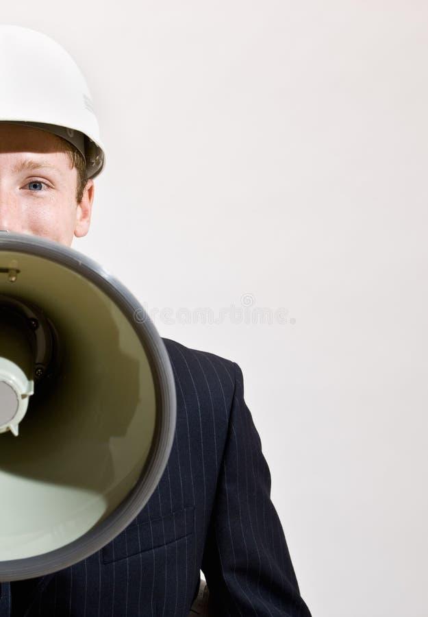 Geschäftsmann, der durch Megaphon spricht lizenzfreie stockfotos