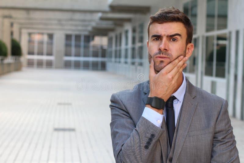Geschäftsmann, der ein bedeutendes Dilemma hat stockfotos