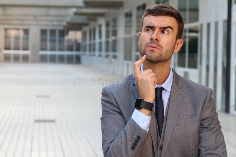 Geschäftsmann, der ein bedeutendes Dilemma hat lizenzfreie stockfotografie