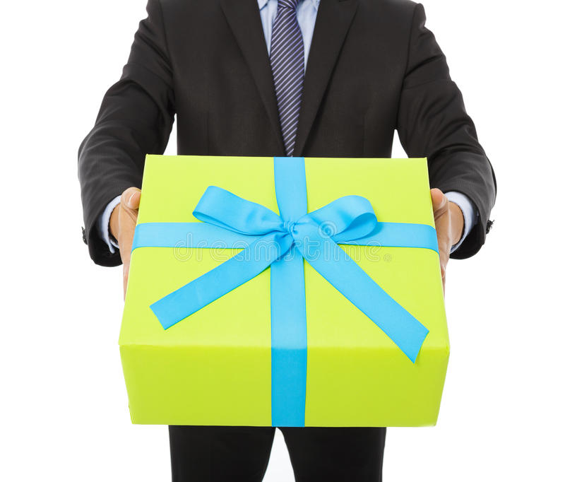 Geschäftsmann, der ein Geschenk hält Lokalisiert auf Weiß lizenzfreie stockbilder