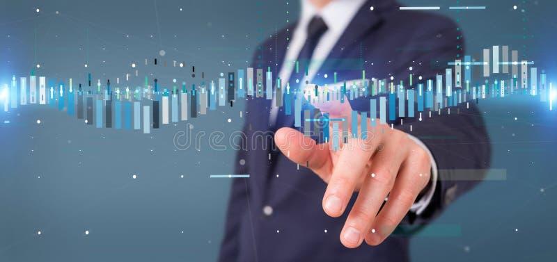 Geschäftsmann, der ein infor Daten des Börsenhandels des Geschäfts hält stockfotos