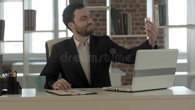 Geschäftsmann, der ein selfie nimmt lizenzfreies stockfoto