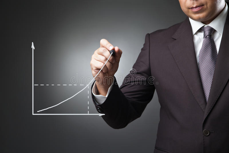Geschäftsmann, der ein wachsendes Diagramm zeichnet lizenzfreie stockbilder
