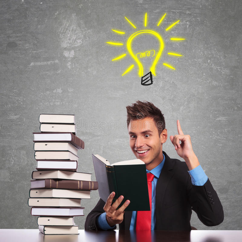 Geschäftsmann, der eine großartige Idee beim Lesen hat stockfotos