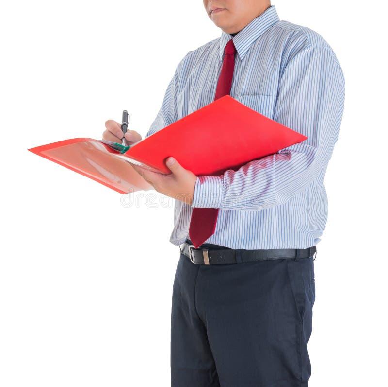 Geschäftsmann, der eine Mappe gegen lokalisiert betrachtet lizenzfreie stockfotos