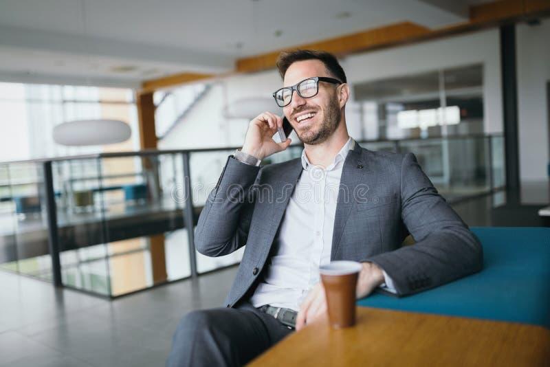 Geschäftsmann, der eine Pause mit einem Tasse Kaffee im Büro macht lizenzfreies stockbild