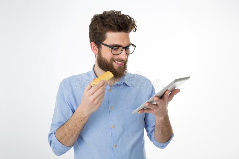 Geschäftsmann, der eine Pause von der Arbeit macht lizenzfreie stockfotos