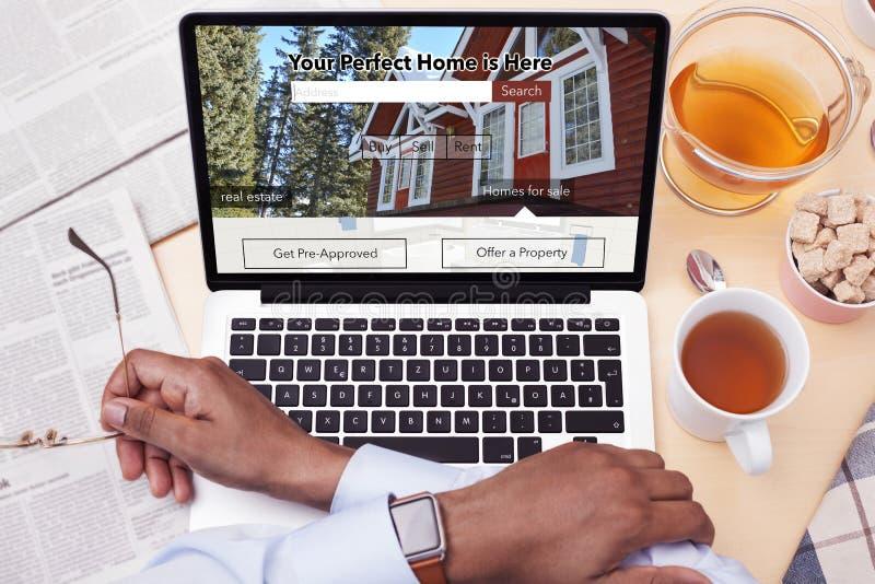 Geschäftsmann, der eine Real Estate-Website betrachtet - suchend nach einem Haus stockbild