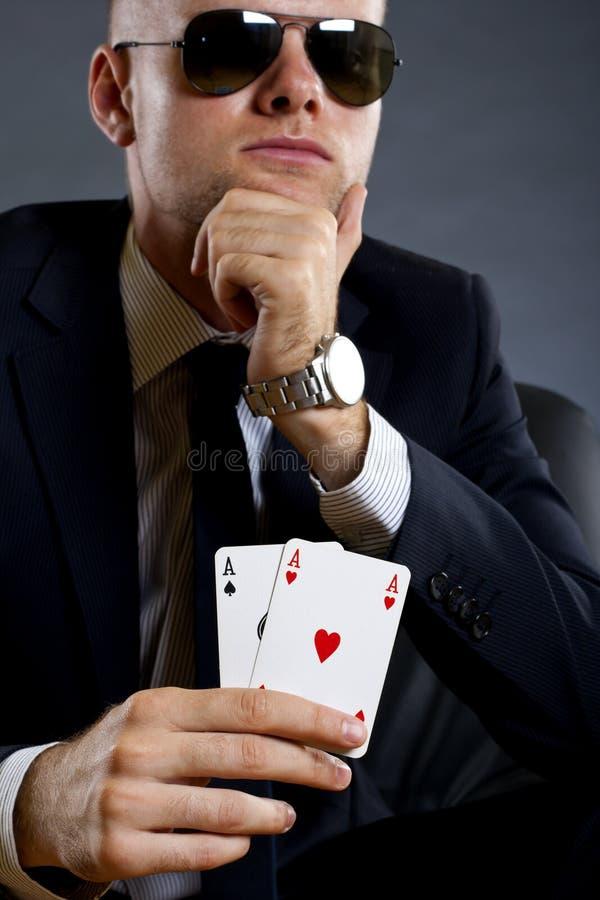Geschäftsmann, der eine Schürhakenhand anhält stockbild