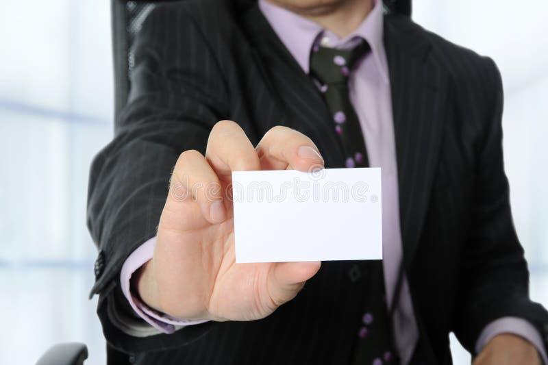 Geschäftsmann, der eine unbelegte Karte übergibt stockbild