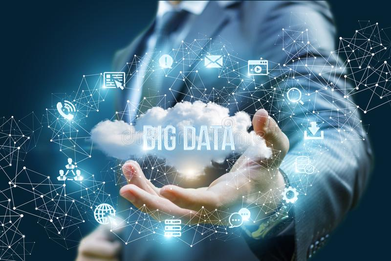 Geschäftsmann, der eine Wolke mit den großen Daten der Wörter zeigt lizenzfreies stockfoto