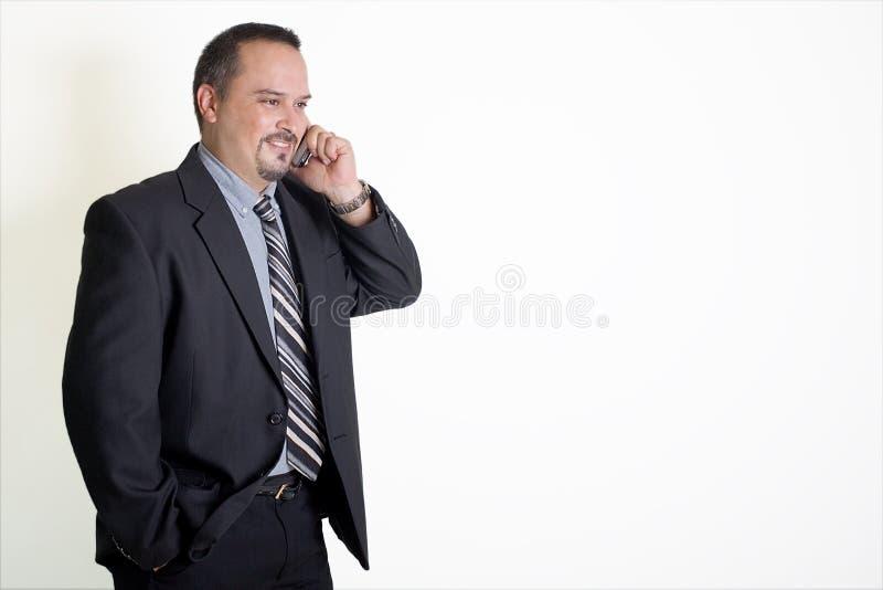 Geschäftsmann, der an einem Handy spricht stockfoto