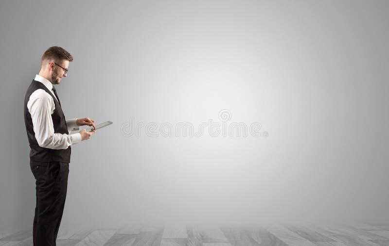 Geschäftsmann, der in einem leeren Raum steht lizenzfreie stockfotografie