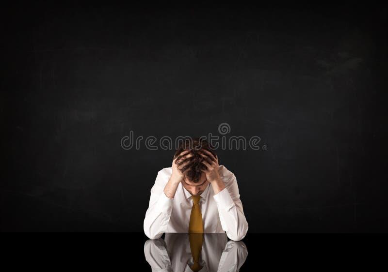 Geschäftsmann, der an einem Schreibtisch sitzt stockfotos