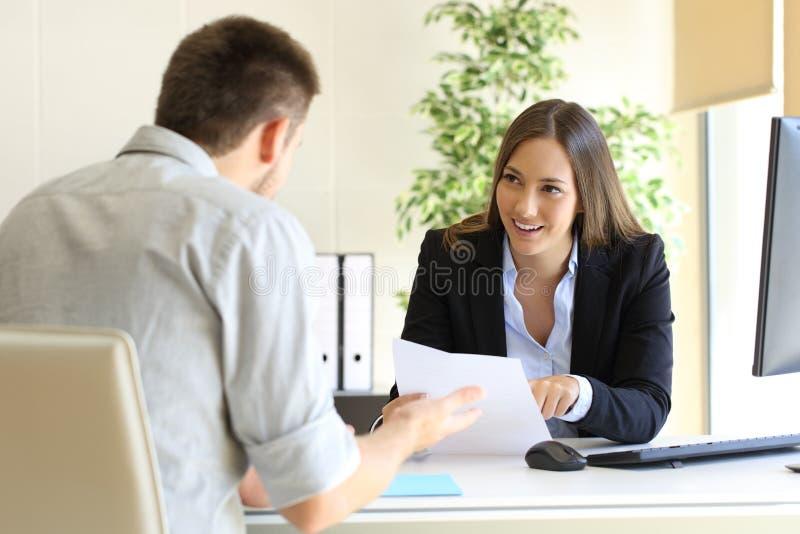 Geschäftsmann, der in einem Vorstellungsgespräch spricht lizenzfreies stockbild
