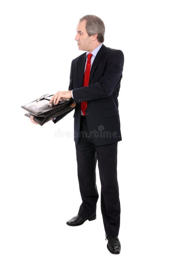 Geschäftsmann, der einen Aktenkoffer öffnet lizenzfreie stockbilder