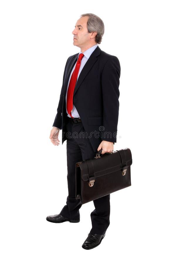 Geschäftsmann, der einen Aktenkoffer trägt lizenzfreies stockbild