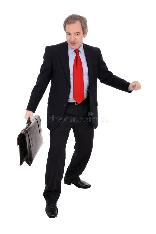 Geschäftsmann, der einen Aktenkoffer trägt lizenzfreies stockfoto