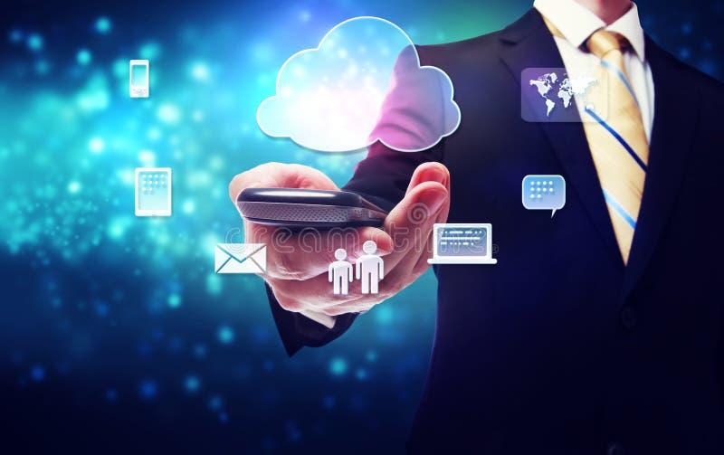 Geschäftsmann, der einen Handy mit Wolkenverbindungsthema hält lizenzfreie abbildung