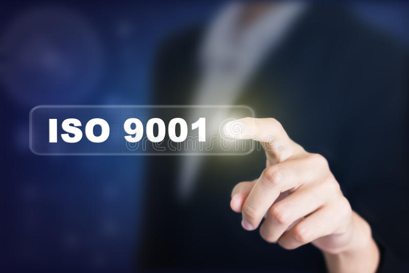 Geschäftsmann, der einen Konzeptknopf ISO 9001 bedrängt stockbild